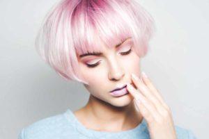 capelli con riflessi colorati