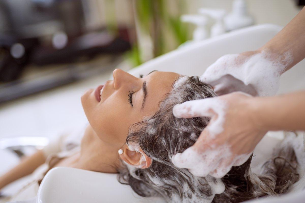 Lavarsi i capelli tutti i giorni fa bene o fa male?