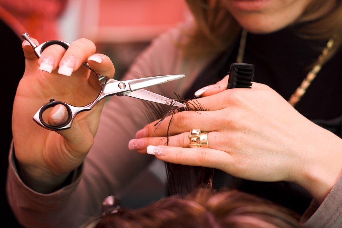 tagliarsi i capelli durante il calendario lunare