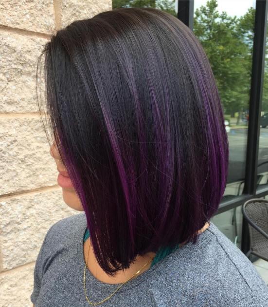 Provate a usare i riflessi viola per creare un valido contrasto sui capelli  neri.