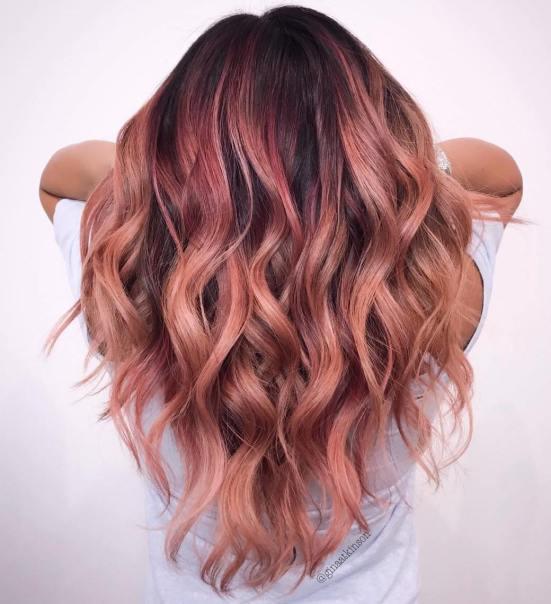 Aggiungete un po\u0027 di eleganza ai capelli scuri incorporando alcuni punti di balayage  oro rosa intrecciati liberamente attraverso le punte.