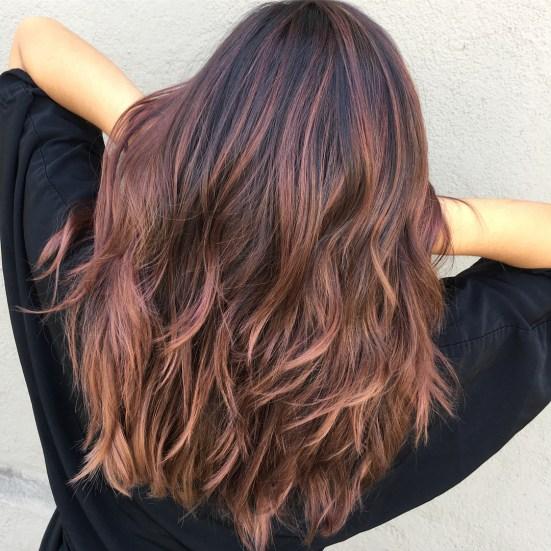 La fusione del colore è un metodo stilistico che permetterà di imitare il  modo in cui i cambiamenti di colore avvengono naturalmente sui capelli,