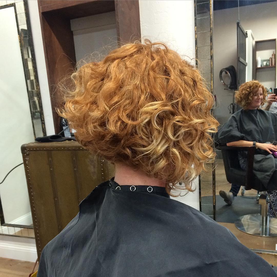 capelli ricci bob medio