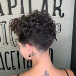 capelli ricci pixie cut