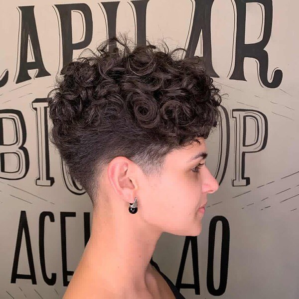 capelli ricci corti