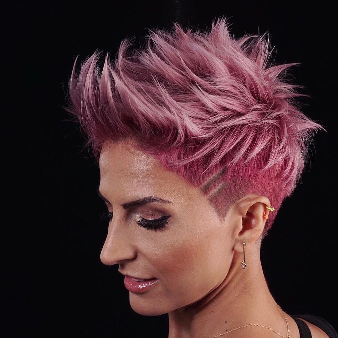 capelli corti rosa