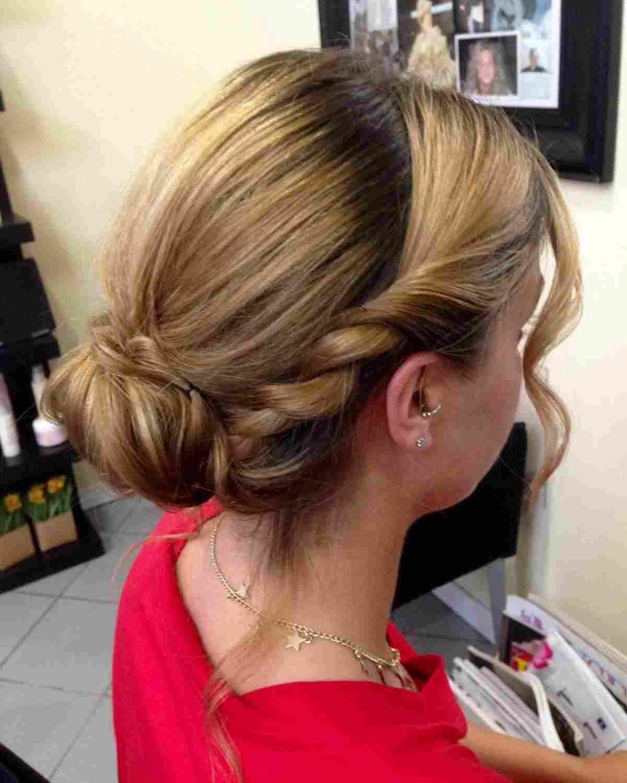 acconciatura capelli lunghi raccolti