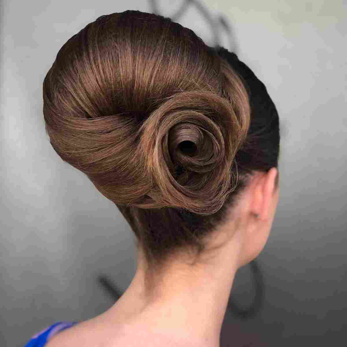 Acconciatura capelli raccolti lunghi