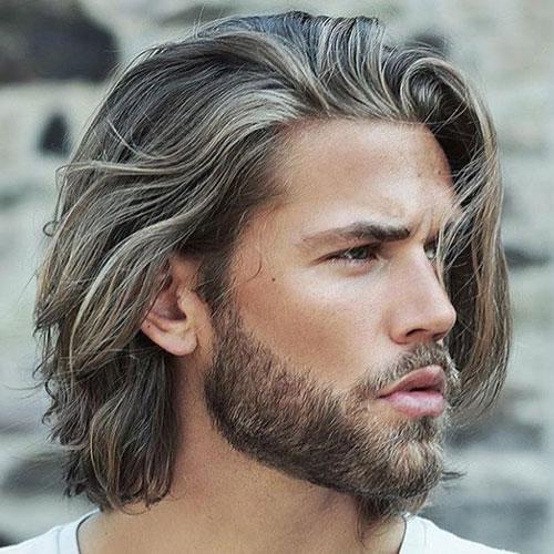 Capelli lunghi e scalati e barba corta