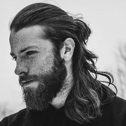 Pony tail e barba lunga