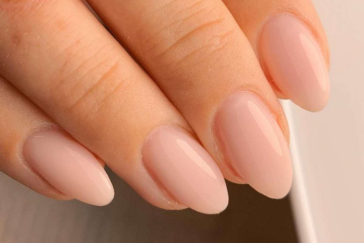 Unghie nude dal sottotono rosato