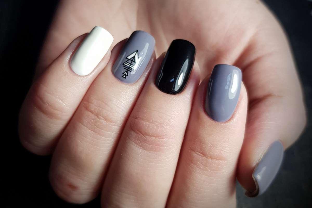 Manicure multimani sui toni del grigio