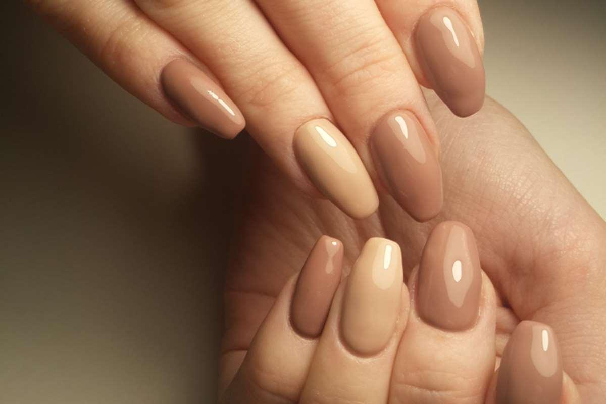 Manicure multimani sui toni del nude