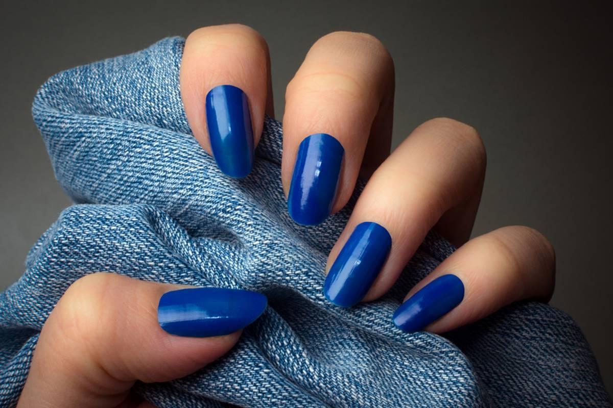 smalto unghie blu