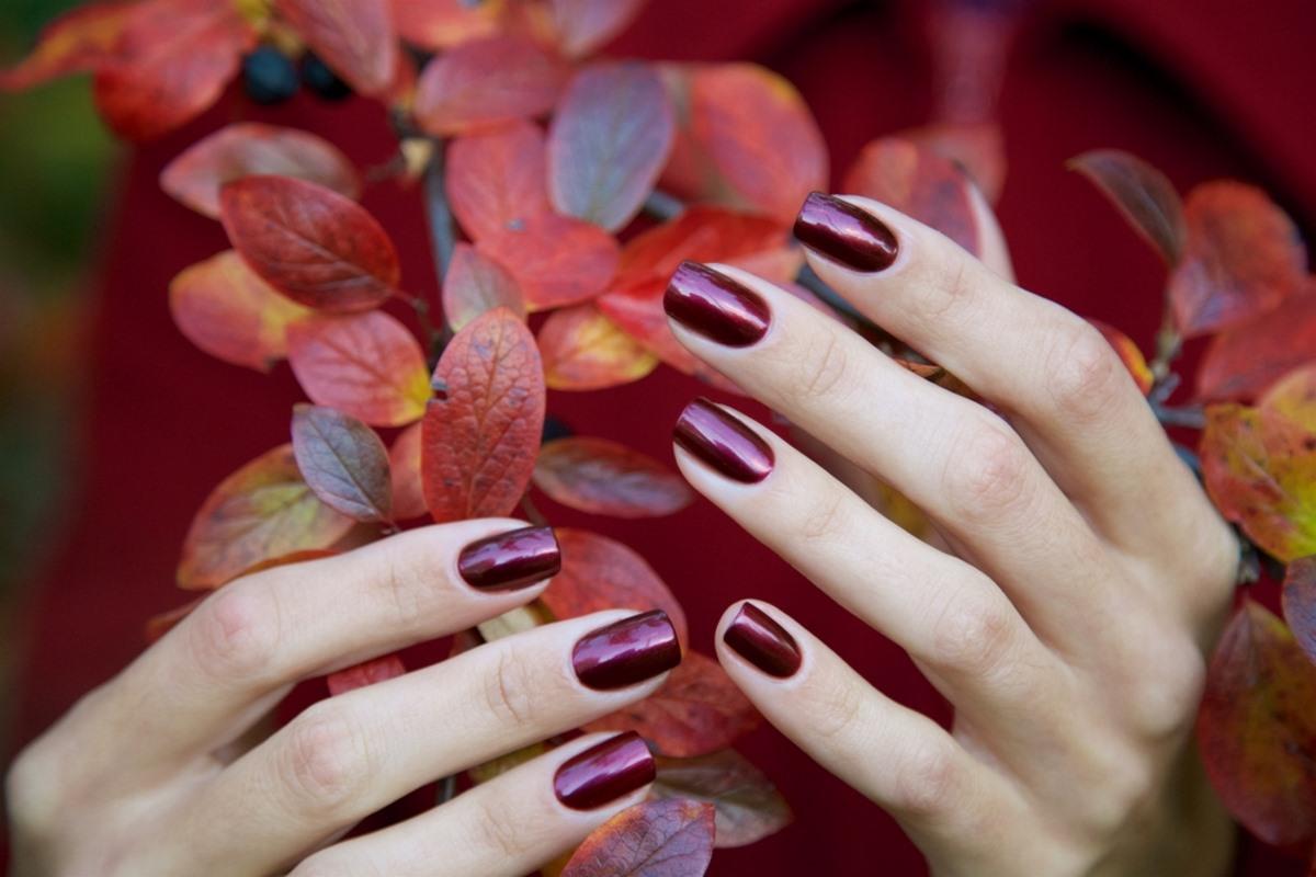 smalto unghie rosso scuro