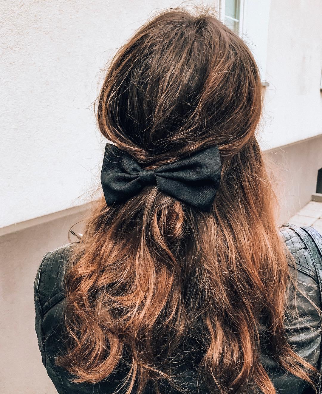 mossi fiocco capelli castani lunghi