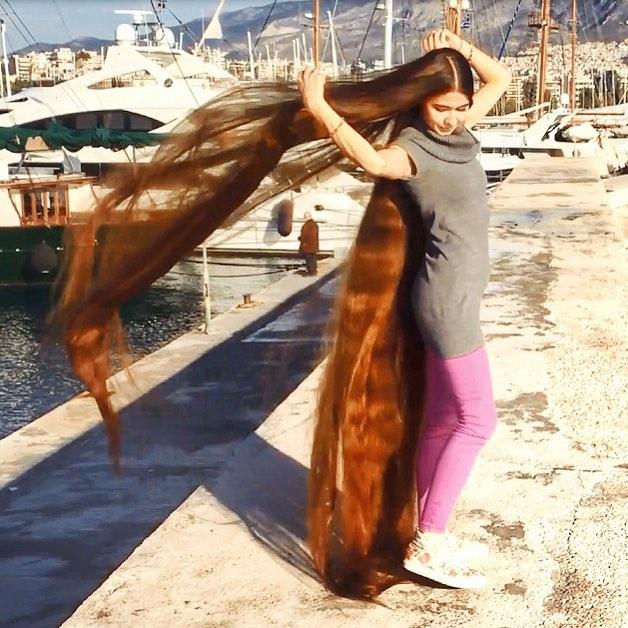 2 metri di capelli. La ragazza che detiene il record ...